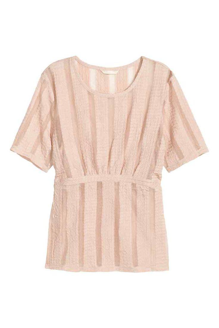 Kanten top: Een nauwsluitende top van grafisch kant. De jurk heeft  transparante delen, platte plooitjes bovenaan, een pas onder de borst en korte mouwen.