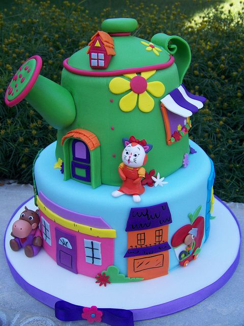 There's no way I'd be able to make this, but wow! Richard Scarry, Huckle Cat, sister Sally, Hilda Hippo, Lowly Worm and all of Busytown on a beautiful cake. Wowl