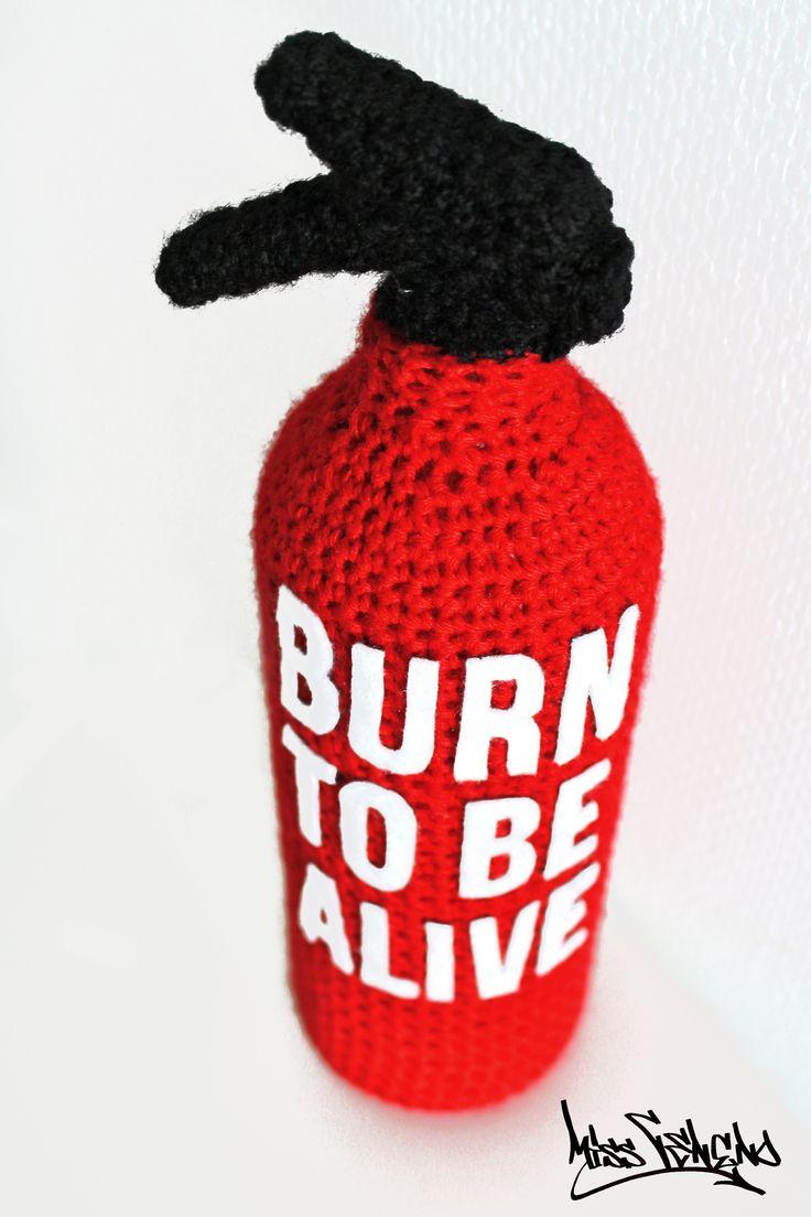 """Extincteur au crochet """"Burn to Be Alive""""  Tous droits réservés - Miss Veneno https://www.youtube.com/watch?v=9UaJAnnipkY"""