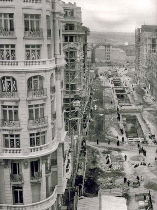 Las obras para la construcción de la Gran Vía de Madrid comenzaron en abril de 1910 y, desde entonces, ha sido protagonista de una zarzuela, participó activamente en la Guerra Civil, albergó uno de los primeros rascacielos de Europa, trasnochó con artistas y bohemios...