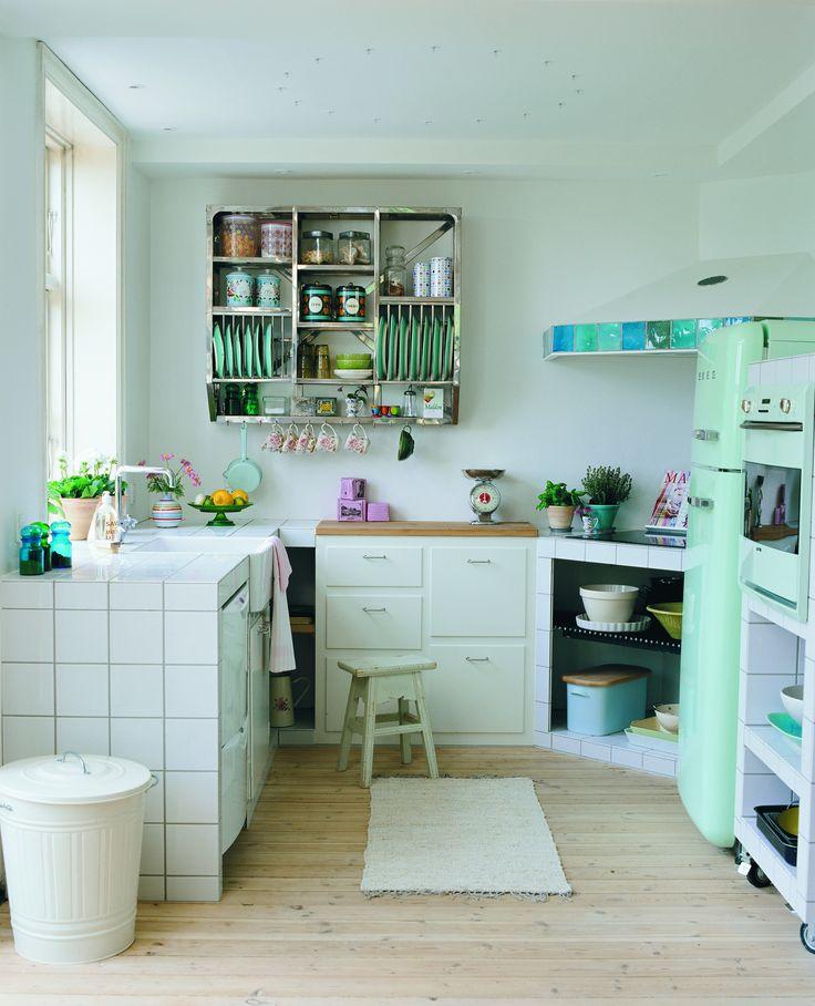 Rustikt køkkenkøkkenmodulerne er dækket af kvadratiske fliser, der ...