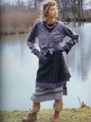 Стиль бохо шик в одежде и украшениях в 2016 году.  Бохо приветствует все виды многослойности: ярусные оборки, многочисленные топы и жилеты, надетые друг на друга, выглядывающие друг из-под друга юбки, виднеющиеся из-под платья панталоны. Словом, все, что подсказывает вам вкус. Прозрачные ткани и кружевные материалы сообщают многослойности новое торжественное звучание....