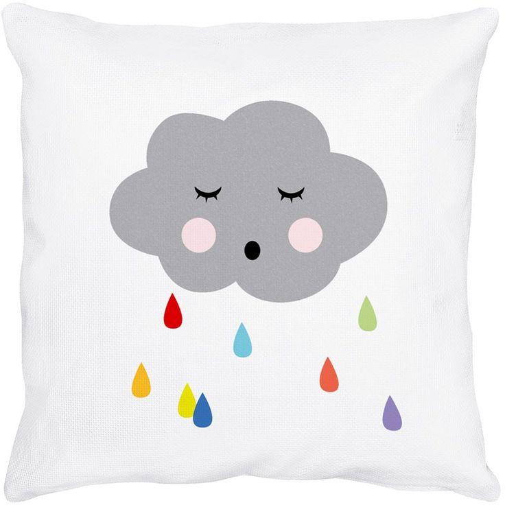 Passez une bonne nuit dans les nuages ! Les petites gouttes d'eau colorées vous rappelleront le doux bruit de la pluie avant de s'endormir.  Douilette et légère, cette taie est à coordonner avec la housse de couette nuage. 1 format possible avec ce visuel :  65 x 65 cm
