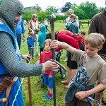 Zelf de wapens van een ridder vasthouden. Wat kan een jongens- (of meisjes)hart nog meer begeren?