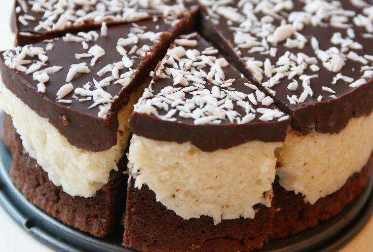 Med brownie som kakebunn og et tykt lag med deilig bountymasse dekket med mørksjokolade, må jo dette være en fulltreffer for alles ganer.    Foto og oppskrift: Josefin Wångenberg/Gottfika.