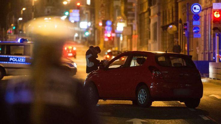 Schießerei in Stuttgart: Männer überfahren Polizisten -  Sowohl die beiden mutmaßlichen Kriminellen als auch der Polizist liegen mit Verletzungen im Krankenhaus. Die beiden Männer erlitten Schussverletzungen, die Kugeln trafen sie nach Angaben des Polizeisprechers in Arme und Beine, nach aktuellen Erkenntnissen aber nicht in den Oberkörper. Einer der beiden Männer sei inzwischen operiert worden. Der zweite werde im Laufe der Nacht operiert. Der überfahrene Beamte sei schwer verletzt, schwebe…
