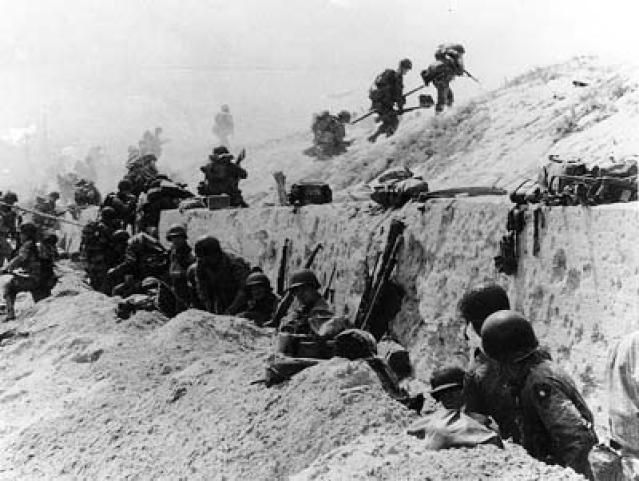 d-day deaths casualties | Picture of soliders moving over the Utah Beach during D-Day.