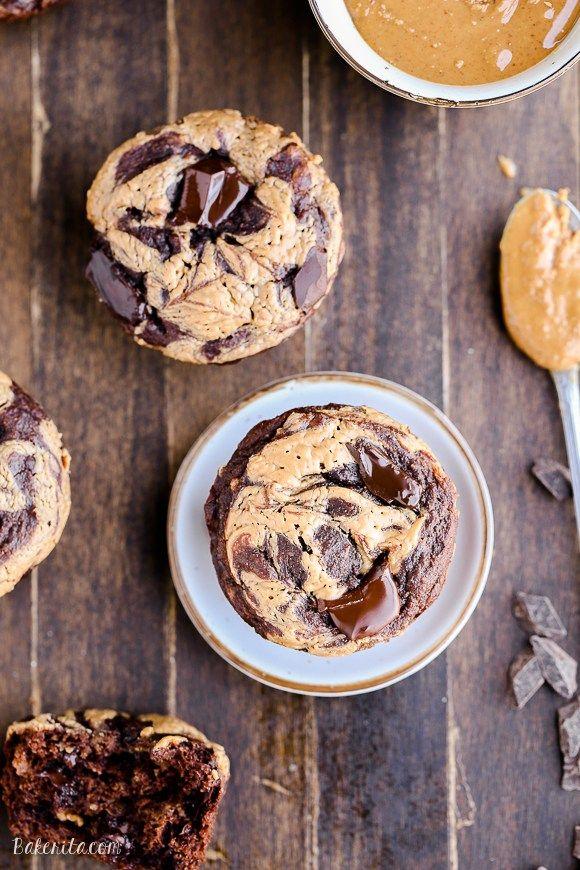 Diese Schokoladen-Erdnussbutter Banana Muffins mit Schokolade Brocken geladen und ein Erdnussbutter Wirbel haben - Sie würden nie erraten, dass sie glutenfrei und der Teig gesüßt ist vollständig mit Bananen!