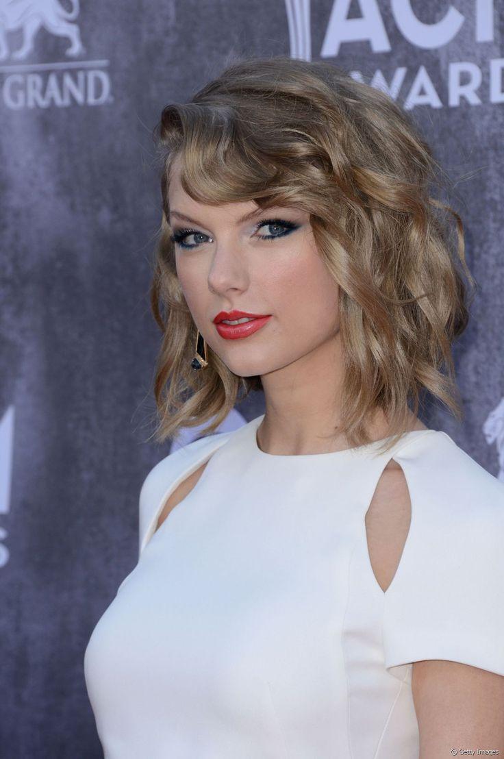 Taylor Swift já teve o corte long bob e adorava fazer a finalização de ondas com pontas retas
