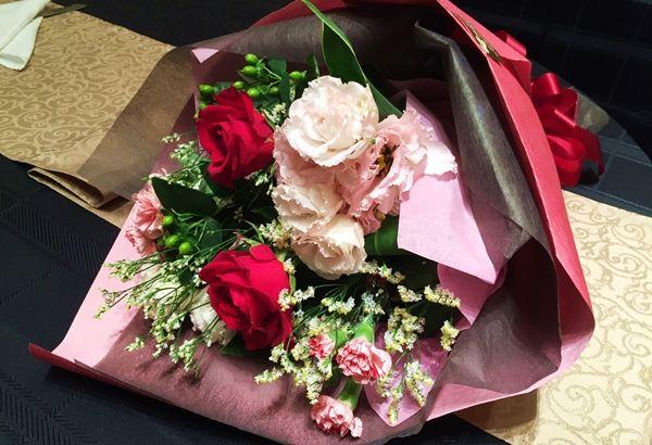 ご両親への花束贈呈。そこには素敵なメッセージが刻まれています!