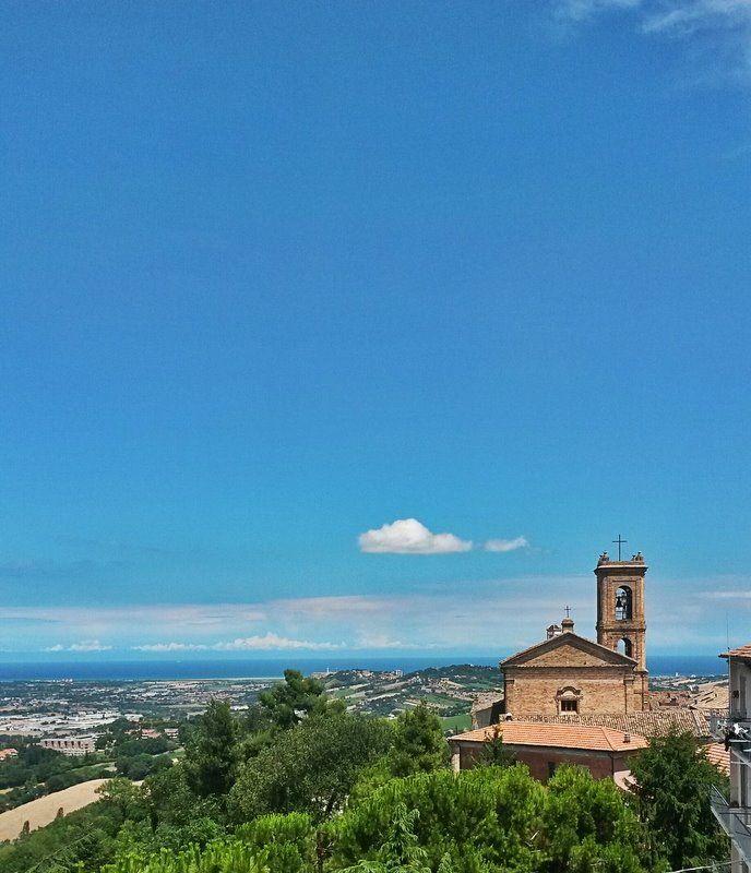 Chiesa di San Francesco immersa nel blu del cielo #Recanati #destinazionemarche #galleryhotelrecanati #marche #church