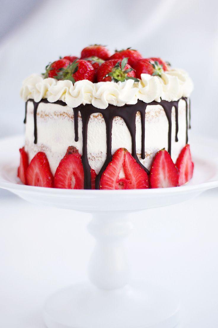 Kombinationen jordgubbar och grädde går hem i alla lägen. Allra bäst blir den i tårta såklart! Häromdagen gjorde jag denna jordgubbsdröm som både är fylld och dekorerad med massor med jordgubbar!…