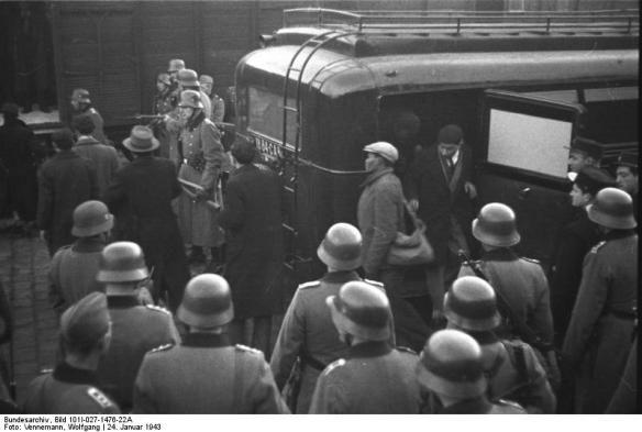 Déportations d'habitants du quartier du vieux port par les allemands, les français étant livrés par la police française (à droite) qui se charge des opérations en ville