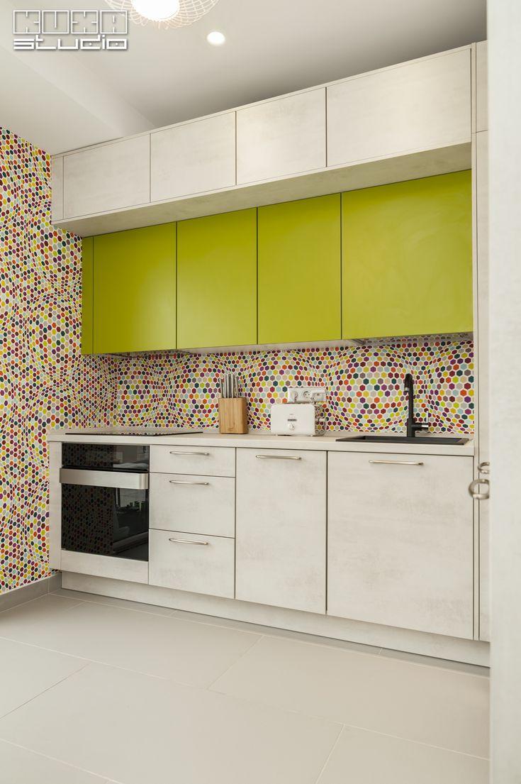 Amuzant și original, tapetul cu iluzie optică este punctul central al bucătăriei, susținut de jocul volumetric al mobilierului Riva și culoarea fresh a corpurilor suspendate.