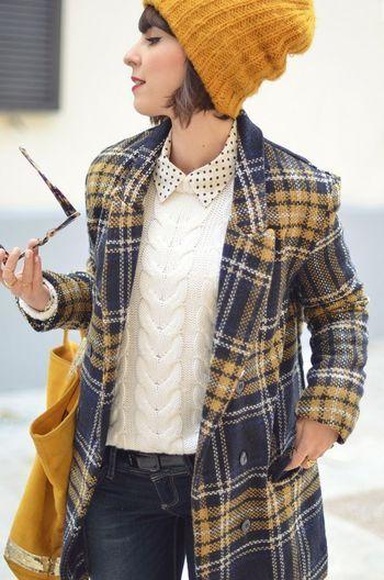 チェックのコートにからし色のニットとバッグ。水玉の襟がポイントになっています♪