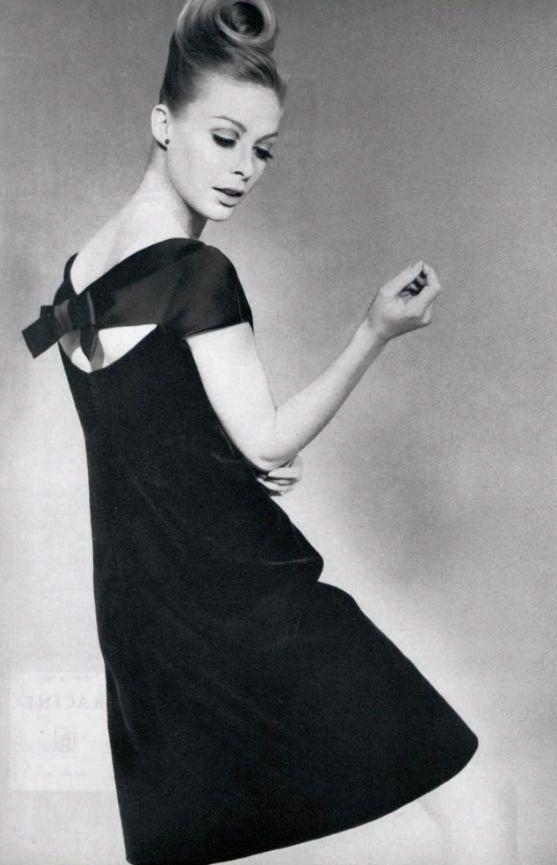 A model dressed in Dior, 1966 Los vestido nunca pasan de moda simplemente se transforman