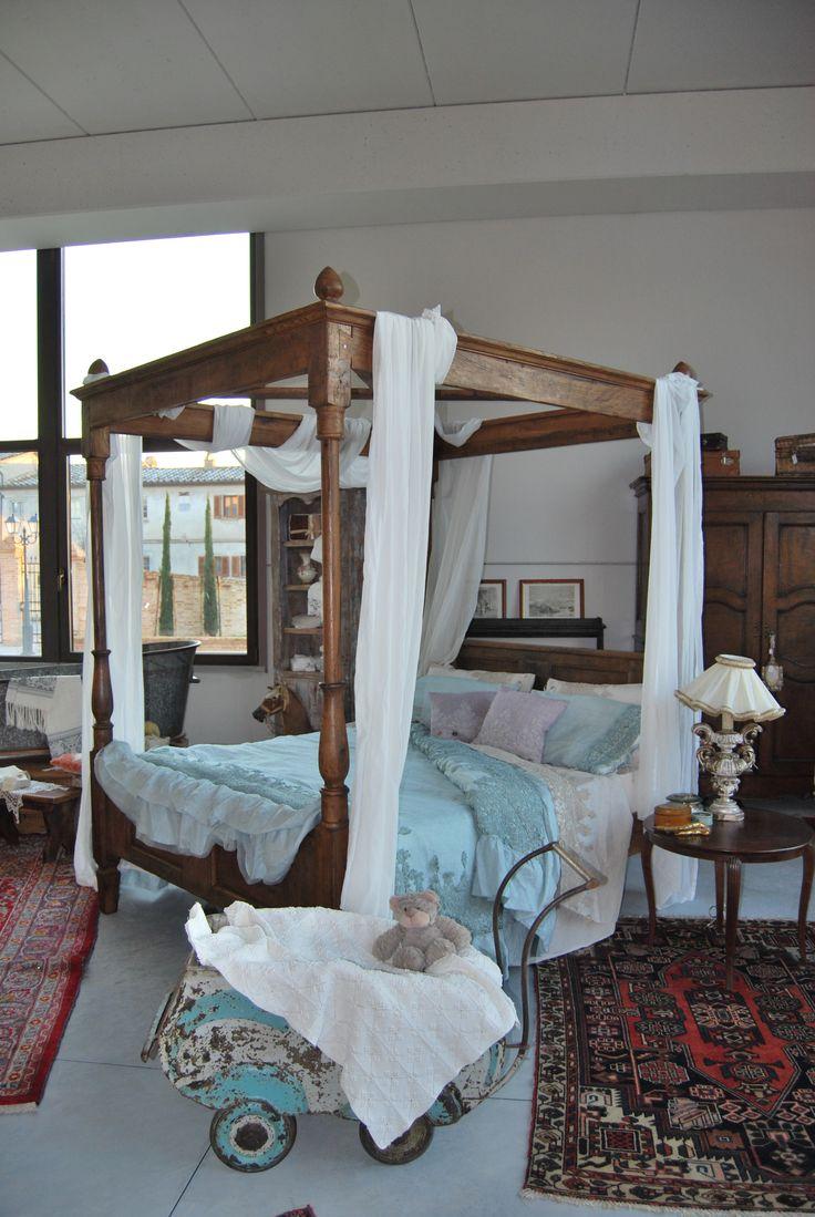 Un letto romantico Vi piace l'abbinamento di questi raffinati tessuti dai colori pastello con il nostro letto a baldacchino? #Arredamento #Arredare #Casa #Country #Design #Italianstyle #Legno #Letto #Tessuti https://www.portedelpassato.com/storytelling/un-letto-romantico/