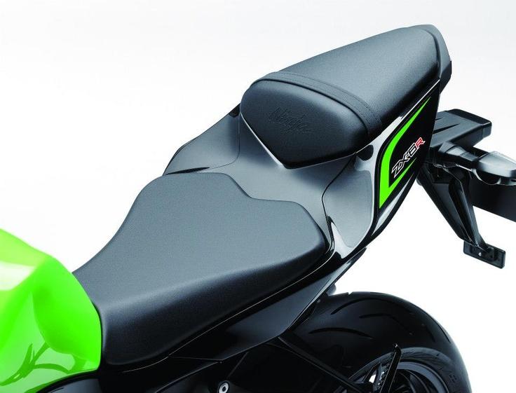 La posizione ideale per la guida sportiva è così intuitiva da mettere il conducente  subito a suo agio. Serbatoio, sella e telaio posteriore offrono il pieno contatto con la  moto per dare al conducente maggiore sensibilità nella guida.