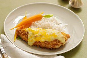 Des poitrines de poulet enrobées d'une panure croustillante et cuites dans une sauce au fromage. Accompagnez-les de riz pour obtenir un succès familial assuré.