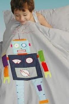 Taftan - Robot Lichtgrijs dekbed met robot in verschillende kleuren Prijzen: 140x200 euro 77,00 120x150 euro 62,70 100x135 euro 52,80