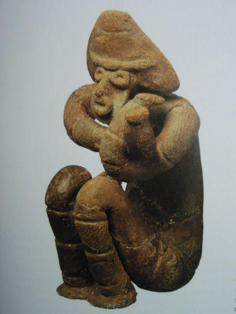 しゃがむ土偶 福島県福島市上岡遺跡出土  高さ21.3cm  縄文時代後期
