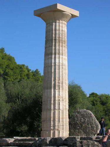 colonna dorica: la colonna dorica poggia sullo stilobate, è una colonna scanalata e rastremata, cioè il diametro alla base è più ampio di un terzo rispetto al diametro in alto.
