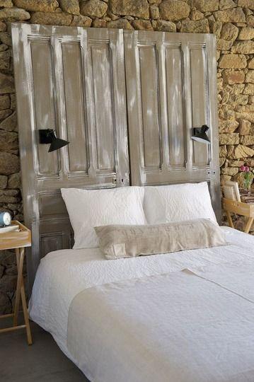 Après une charmante tête de lit de caractère - Avant/après : fabriquer une tête de lit avec des portes - CôtéMaison.fr