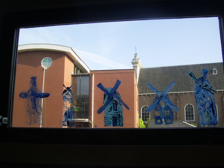 Delfts blauwe molens op het raam. Geverfd op sheets met glansverf, daarna plakken ze vanzelf op het raam.