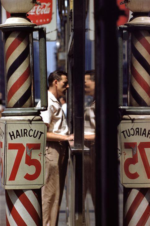 'Corte de pelo' (1956) es una de las imágenes que pueden verse en Valladolid en la sala municipal de exposiciones de San Benito.  SAUL LEITER (GALERÍA HOWARD GREENBERG, NUEVA YORK)