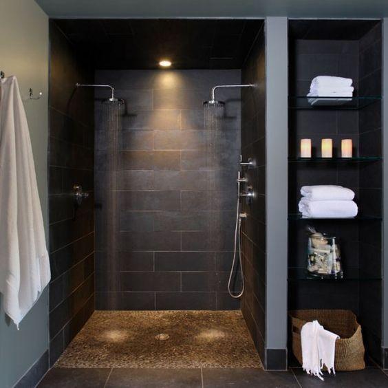 Große Doppel-Dusche, Handtuchhaken, Wandregal integriert