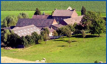 De Eyserhof te Eys Eyserhof is een Bourgondische carréboerderij, gelegen midden in het Zuid-Limburgse heuvellandschap. Het is een familiebedrijf dat al de 6e generatie kent binnen de familie Van der Linden. De historie van de Eyserhof gaat terug tot voor de 14e eeuw. Deze landelijke locatie biedt plaats tot circa 450 personen.