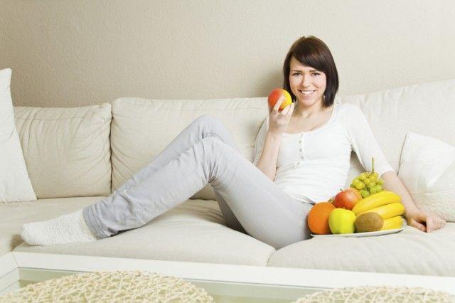Los antioxidantes contrarrestan la acción de los radicales libres que atacan tus células. Están presentes sobre todo en verduras, frutas, alimentos integrales, y no existen en las grasas saturadas, carbohidratos refinados y en algunos alimentos proteicos. Esta misma base saludable consigue como objetivo que se pierda peso.