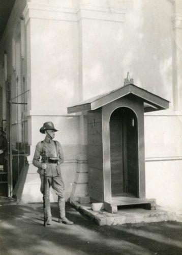 KNIL-militair op wacht voor een wachthuisje, Nederlands-Indië, 1945-1948.