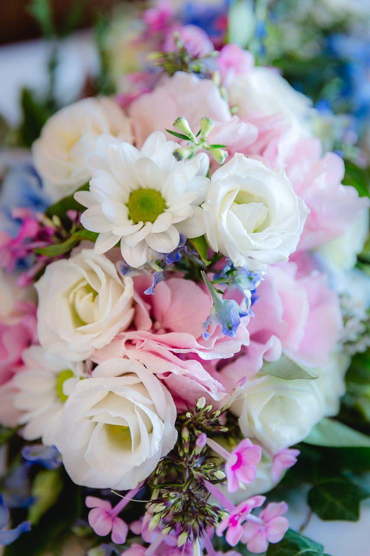 Wunderbarer Tischblumenschmuck bei einer Traumhochzeit in Wien. Hochzeitsfotograf: yourmagicday.at - Hochzeitsfotografie