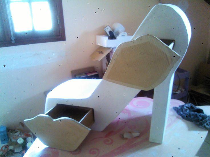 Meuble d coratif en carton en forme de chaussure avec for Meuble chaussure en carton