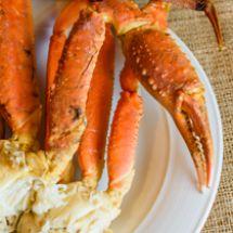 Pour maximiser les saveurs du crabe des neiges et ne rien perdre de sa chair, le chef nous conseille de l'acheter vivant et de faire cuire les sections de pattes dans l'eau bouillante pendant 8 minutes.