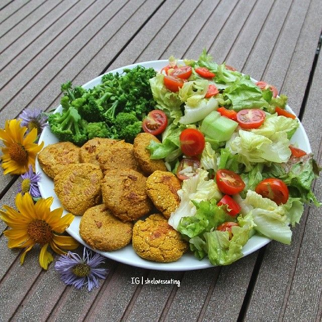 curry falafel (it was a convenience blend from 'Bohlsener Mühle' with clean ingedients), homegrown broccoli and the first homegrown salad this year from our garden with onion, cucumber, red pepper and cherry tomatoes ♥