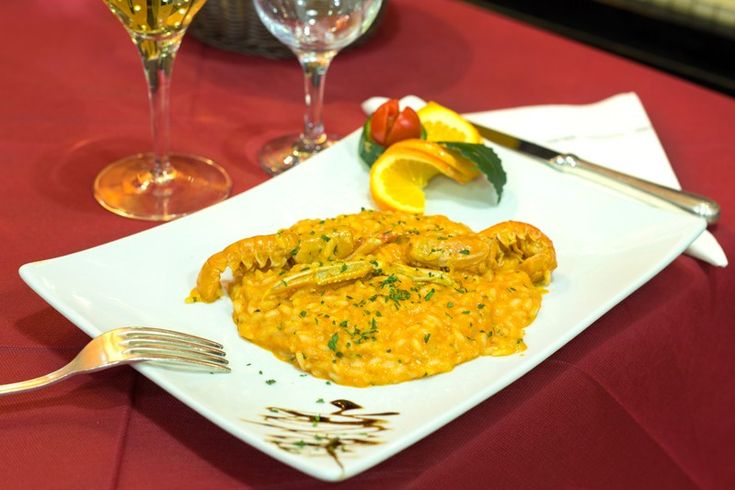 Il risotto alla crema di scampi è un primo piatto dal sapore intenso e molto raffinato, perfetto per tante occasioni diverse. Ecco la ricetta