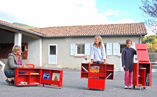 De l'aire et le Bruit du frigo ~ De-ci De-là  «Les colporteuses – malles voyageuses», fabrication de trois bibliothèques mobiles composées d'ouvrages mis à disposition par les habitants et destinées à voyager de maison en maison  : la malle-valise, la malle-sac-à-dos et la malle-caddie.  http://www.delaire.eu/coordination-de-projets/cobonne