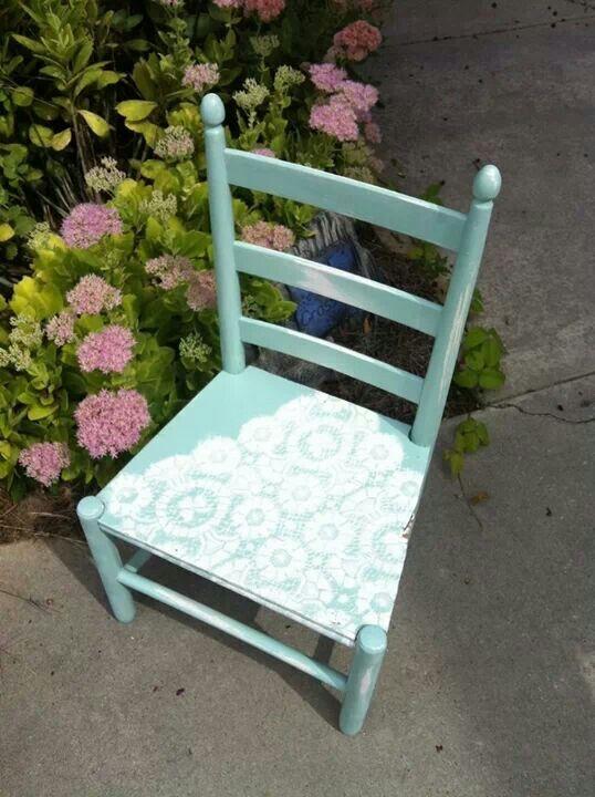 idea para restaurar muebles hecha con tela de encaje como estensil