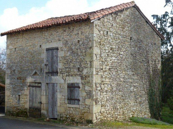 Pretty detached barn to convert in the Vienne dept. in the Poitiou-Charente region - 8,900 EUR - see www.frenchpropertylinks.com for more details