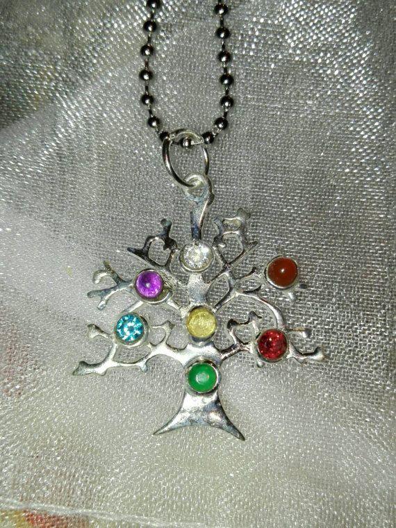 Guarda questo articolo nel mio negozio Etsy https://www.etsy.com/it/listing/497386726/ciondolo-con-albero-della-vita-e-pietre