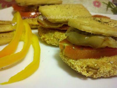 Melanzane in crosta di mais con pomodoro e tofu croccante, all'olio di curcuma