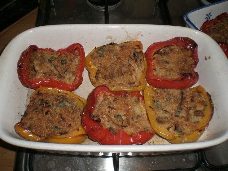 Peperoni ripieni di muscolo di grano (macinato), capperi e olive nere