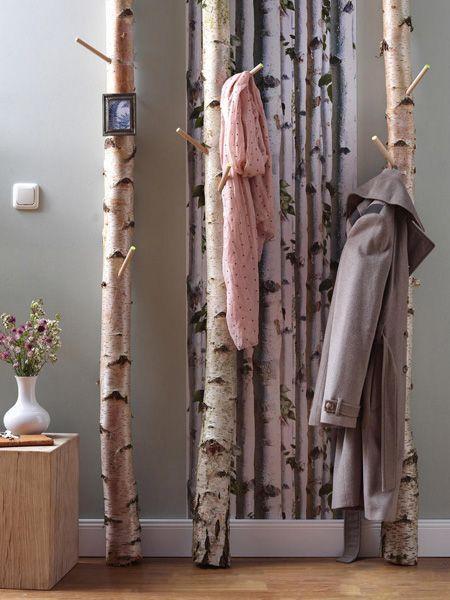 Hier kommen 4 tolle DIY-Ideen für den Flur: Bauen Sie sich eine einzigartige Garderobe aus Birkenstämmen und gestalten Sie ein Memoboard mit Tafellack.