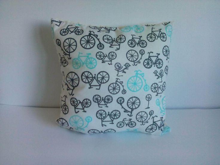 Poduszka białe rowery na kremowym minky. Wymiary: ok 35x35cm. Ręcznie wykonane. Materiał strona kolorowa: 100% bawełna organiczna. Materiał strona minky: 100% poliester.