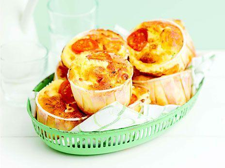Mumsiga pizzamuffins med tomat, keso och riven ost. Glutenfria - variera fyllningen som du vill. Perfekt till mellanmål! Recept från boken LCHF för familjen.