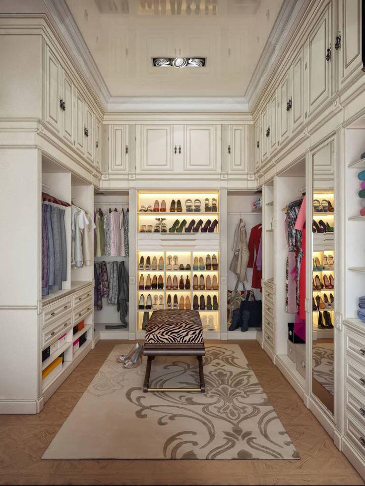 closet com design clássico e pé direito alto