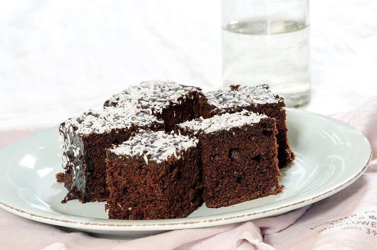 """Jeg blir aldri riktig klok på hva jeg skal kalle en kake som er bakt i langpanne. Heter det langpannekake – som jeg jo også kaller nettopp pannekaker som jeg steker i langpannen – eller hva heter det egentlig? Hva kaller du slike kaker? Jeg har nå tatt meg friheten til å kalle denne for … Continue reading """"Sjokoladekake i langpanne"""""""