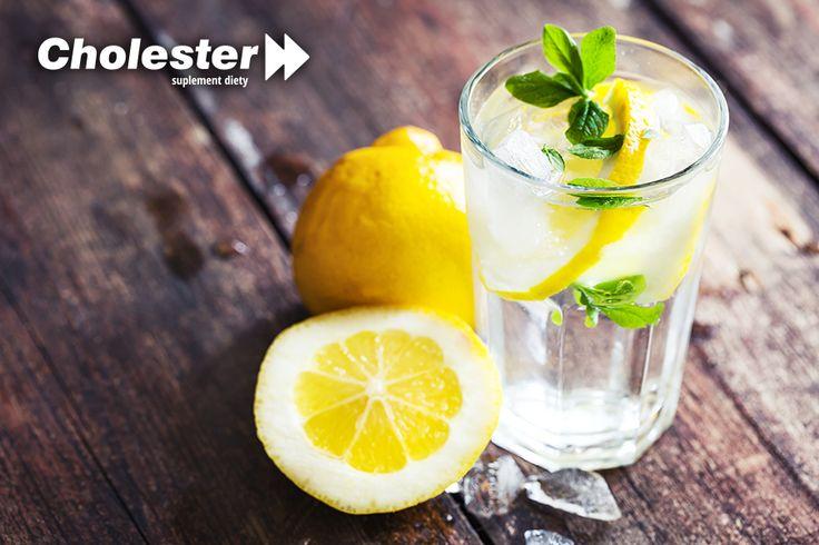 Cytryna znana jest ze znacznej zawartości przeciwutleniaczy. Jest także źródłem potasu, żelaza, magnezu i sodu. Zawarte w cytrynie terpeny pobudzają wytwarzanie śliny, za których pośrednictwem zwiększa się produkcja enzymów trawiennych. Pobudzając procesy trawienne, zyskujemy szybsze oczyszczenie organizmu. Dlatego warto do wody mineralnej dodawać plasterki cytryny i wypijać przynajmniej jedną szklankę dziennie.  #cytryna #oczyszczanie #detox #wątroba